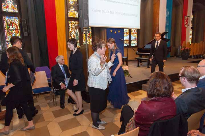 Stiftungsratsmitglied Renate Braun lädt zu Gesprächen bei kleinen lukullischen Freuden ein.